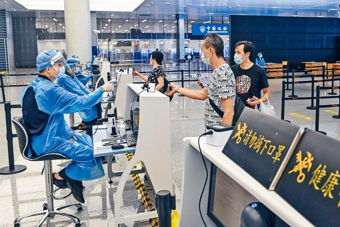 港珠澳大橋珠海公路口岸內,旅客向工作人員出示健康碼。