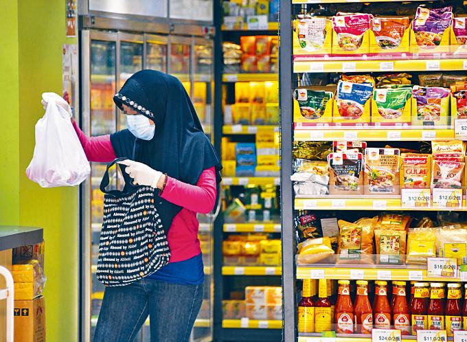 外傭出街購物,都有戴上口罩及手套。