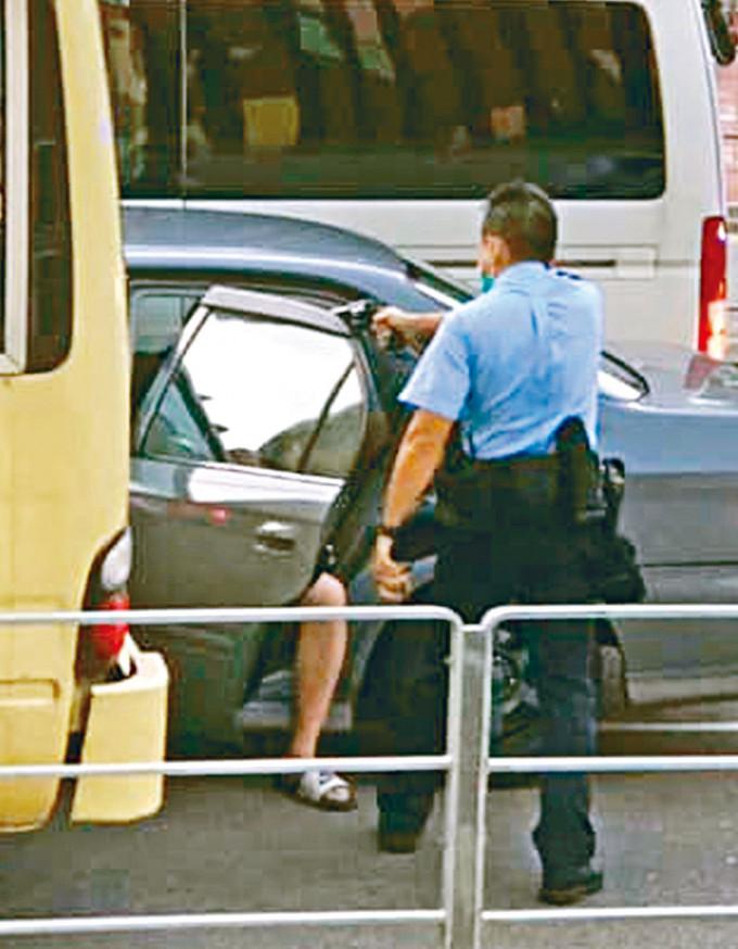 警長擎槍拘捕車上三人。