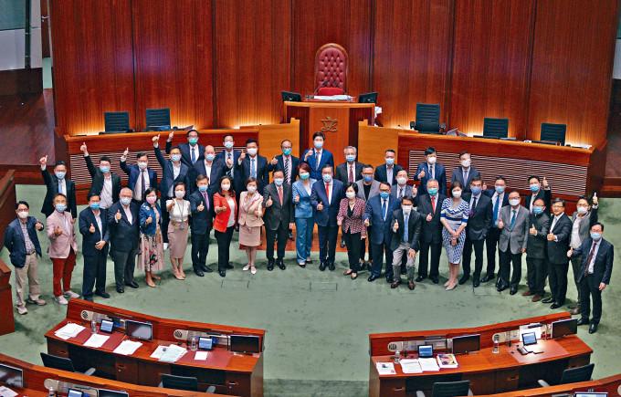 全國人大常委會今午將就立法會繼續運作表決,預料通過讓全體議員延任一年。