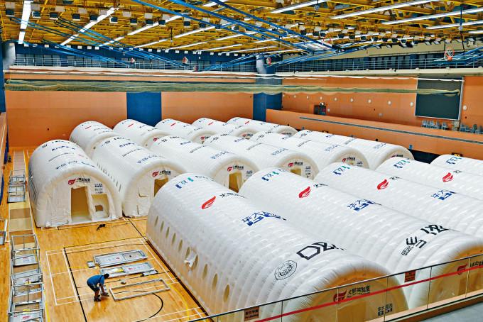 中環中山紀念公園體育館內已建起多個氣膜「火眼實驗室」。
