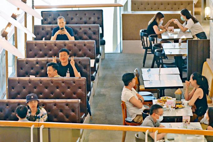 食肆恢復早午堂食,市民隨即大快朵頤。