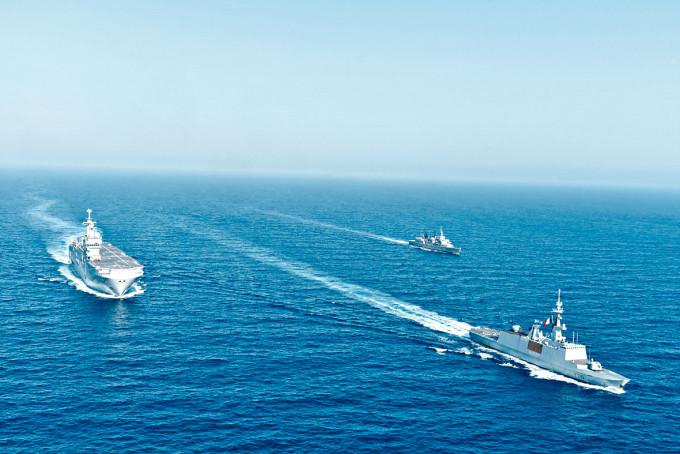 法國直升機母艦「雷鳴號」周四在希、法軍艦護送下,在東地中海參與聯合軍演。