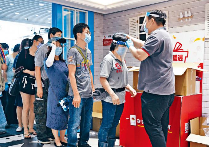 慈雲山疫情嚴重,市民須通過防疫消毒方可進入商場及街市。