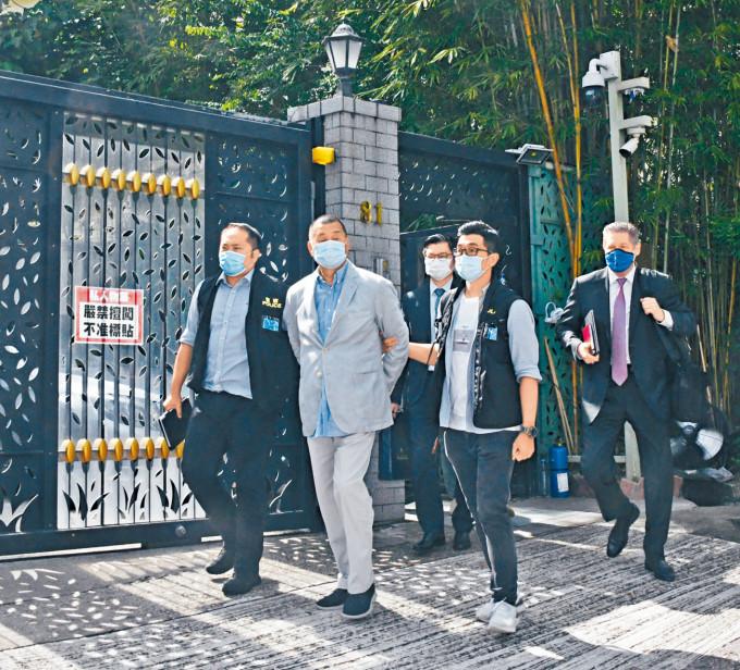 壹傳媒創辦人黎智英,當日被警方鎖上手銬帶離寓所。