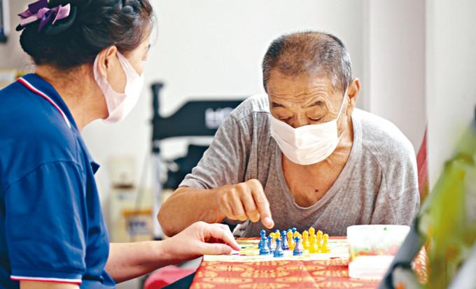 北京疫情緩解,社區養老驛站恢復活動。