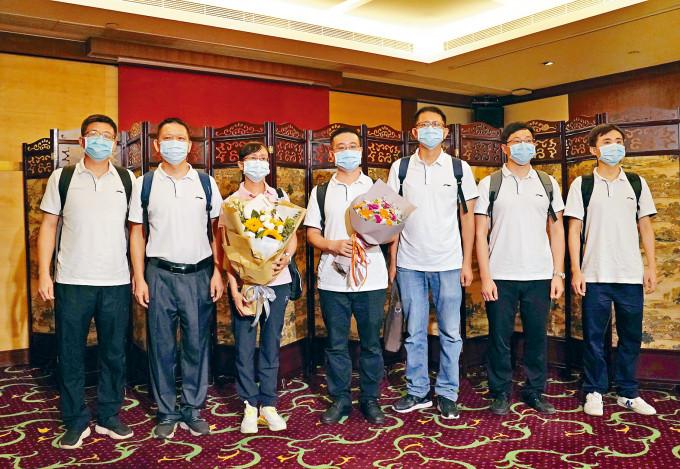 「內地核酸檢測支援隊」七名先遣隊隊員昨午抵達香港,他們將協助開展實驗室工作,協助香港抗擊疫情。
