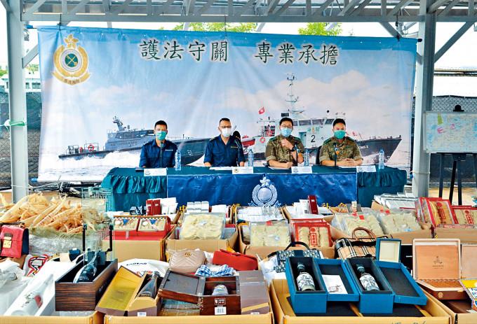 警方與海關講述聯合反走私行動及展示檢獲走私貨。