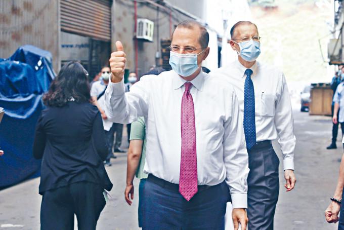 阿扎爾昨日到台灣的口罩廠參觀。