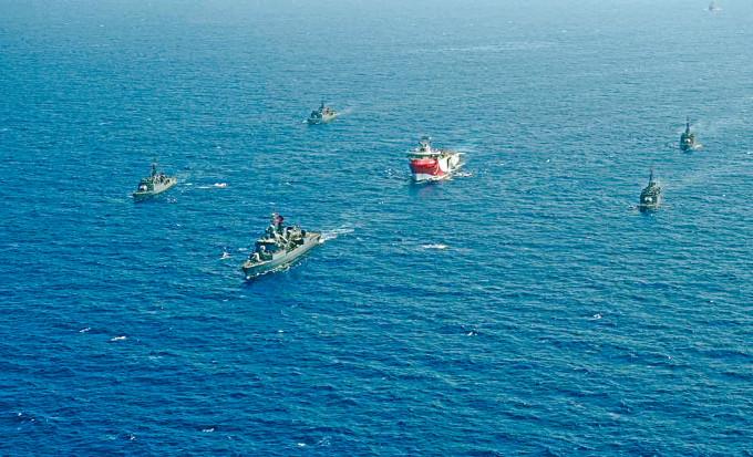 土耳其「歐魯奇芮斯號」(中)勘探船本周由土國軍艦護航,開往希臘對開水域。