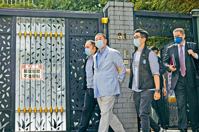 警方昨晨到黎智英位於加多利山的寓所調查,其後將他拘捕押走。