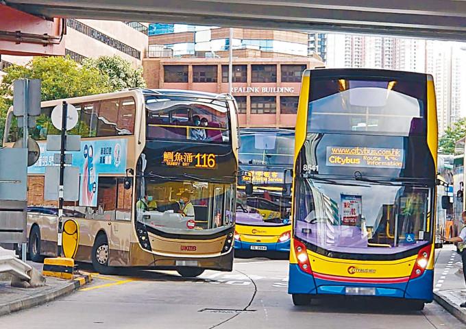 116綫九巴塞在路口,車務督察登車與車長爭論。