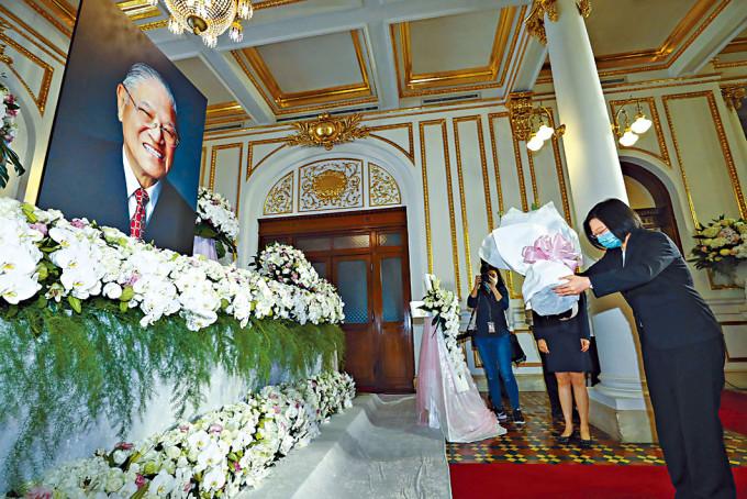 蔡英文向李登輝的遺像獻花。