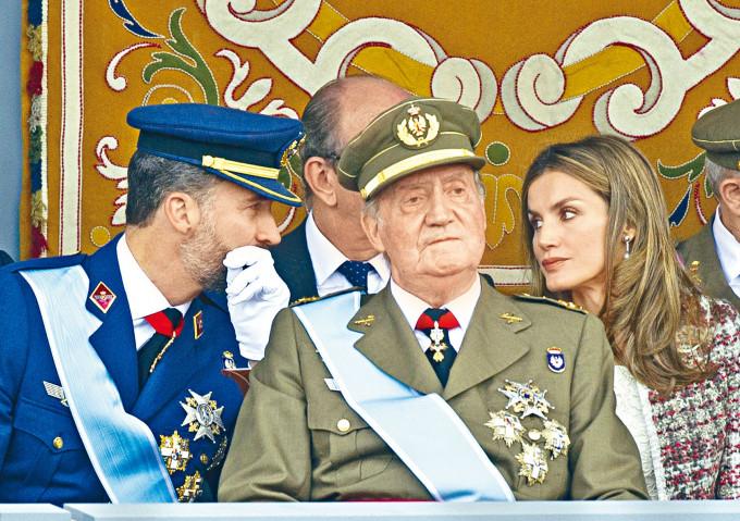 二〇一二年尚未退位的卡洛斯一世出席國慶閱兵禮。