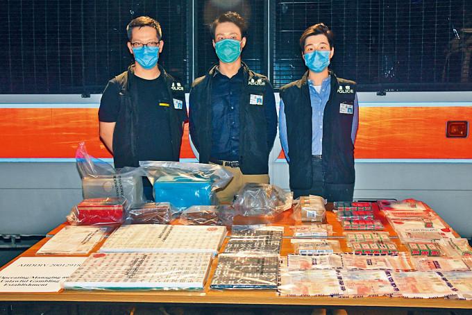 警方搗破一個以運輸公司作掩飾非法賭檔,展示檢獲證物。