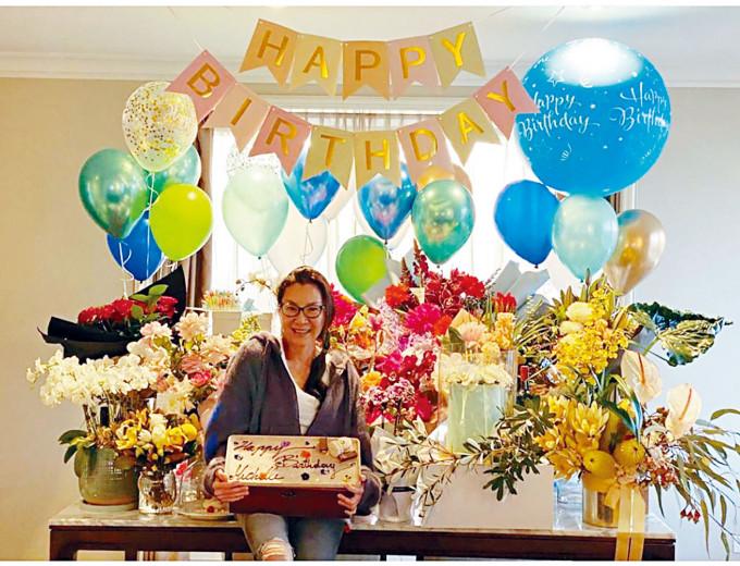 身在澳洲的楊紫瓊獲朋友們送上鮮花和蛋糕慶生。