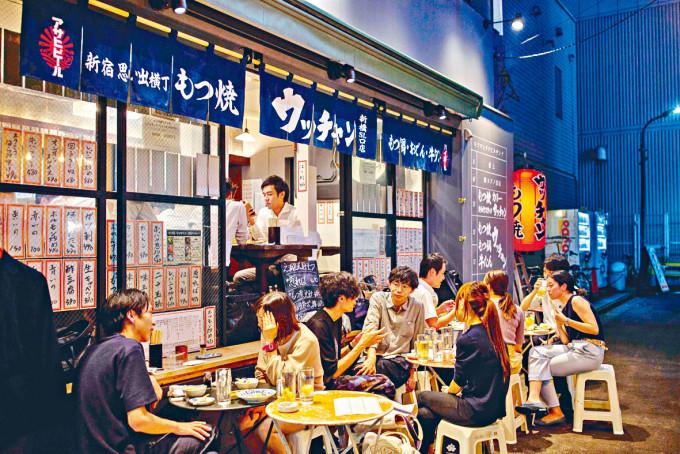 東京新橋區的餐館仍見顧客。