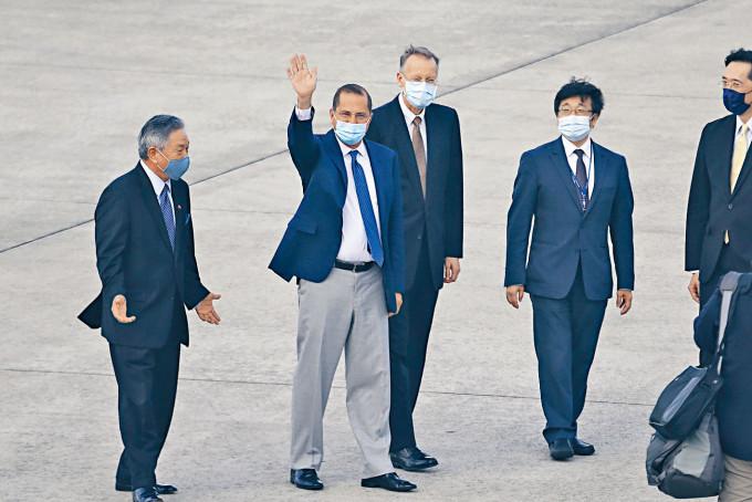 美國衞生部長阿扎爾抵達台北,揮手致意。