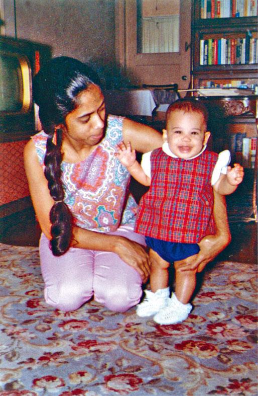 賀錦麗年幼時與母親戈帕蘭合照。