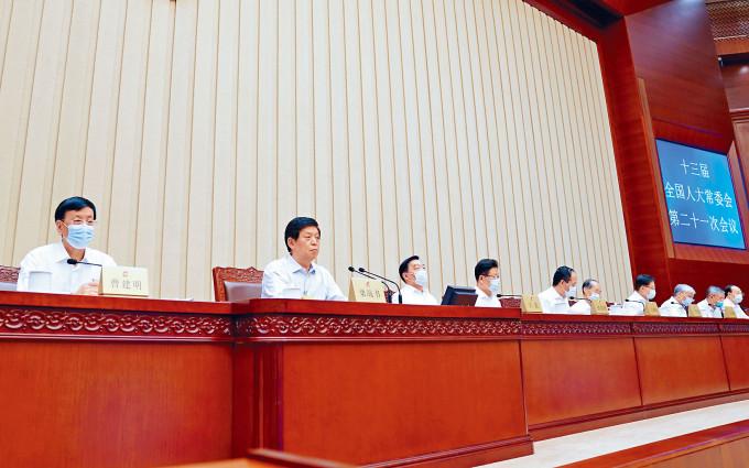 人大常委會昨續在北京開會,明天將決定解決立法會選舉押後一年帶來的真空問題。