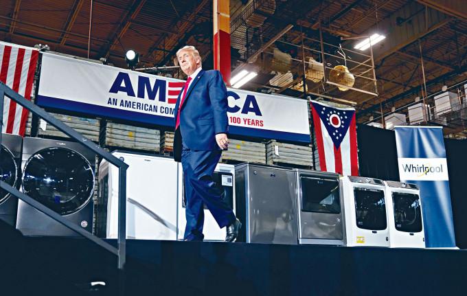 特朗普上周四到惠而浦公司在俄亥俄州的洗衣機廠視察。