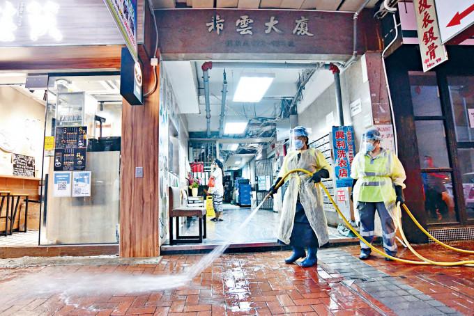 確診印傭曾入住希雲大廈的宿舍,清潔人員進行清洗。