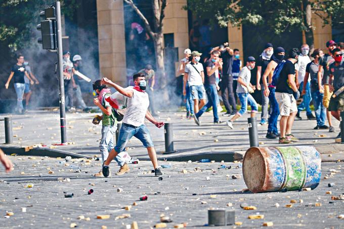 貝魯特的示威者投擲石頭。