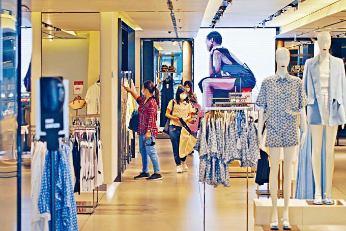 肺炎疫情下本港零售消費市道,中環多間服飾店推半價優惠吸顧客。
