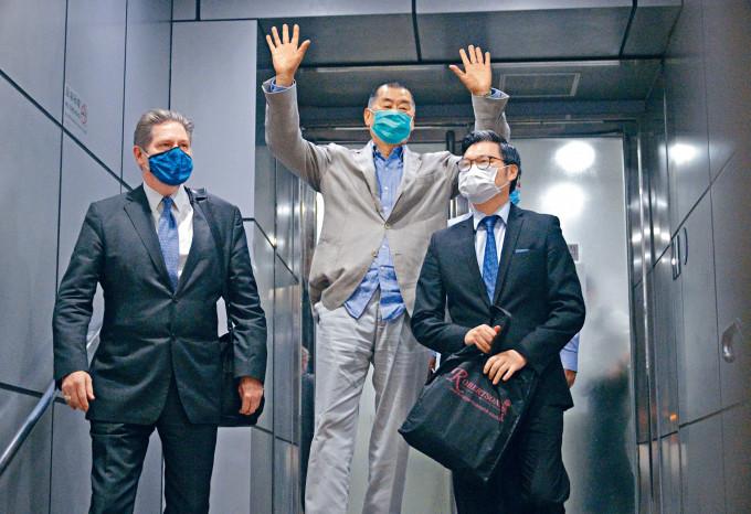 黎智英今晨獲准保釋,他離開旺角警署時雖面露疲態,仍向在場守候的記者舉手示意。