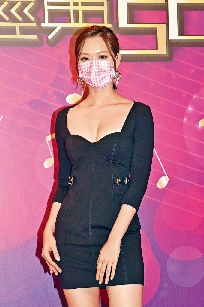 馮盈盈表示自己不會演唱,所以靠衣着搭夠。