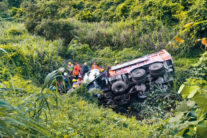 泥頭車失事墜落二十米深山坡。