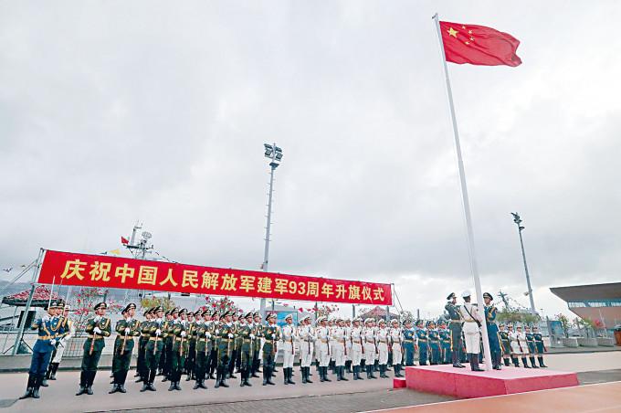 「八一」建軍節升旗禮昨日清晨在昂船洲軍營舉行。