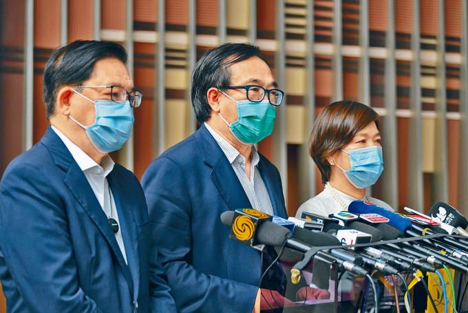 經民聯立會議員日前就政府防疫抗疫措施向行政長官提出建議。左起為林健鋒,盧偉國,梁美芬。