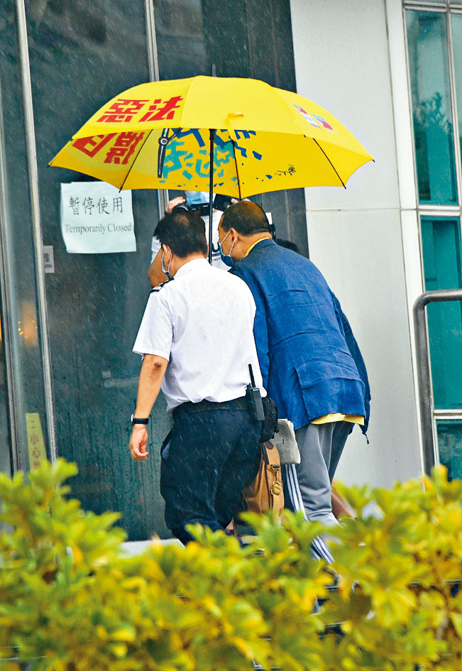 黎智英(右)昨早返回壹傳媒大樓。