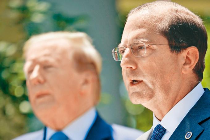 美國衞生部長阿扎爾(右)深得特朗普信任。