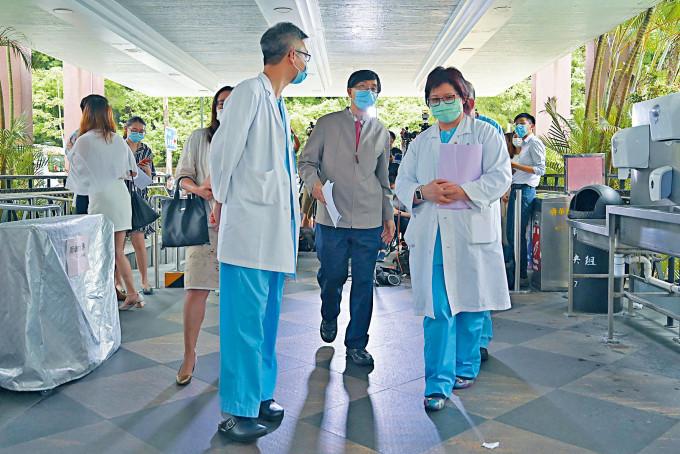 港大微生物學系講座教授袁國勇(中)昨到廣華醫院視察。
