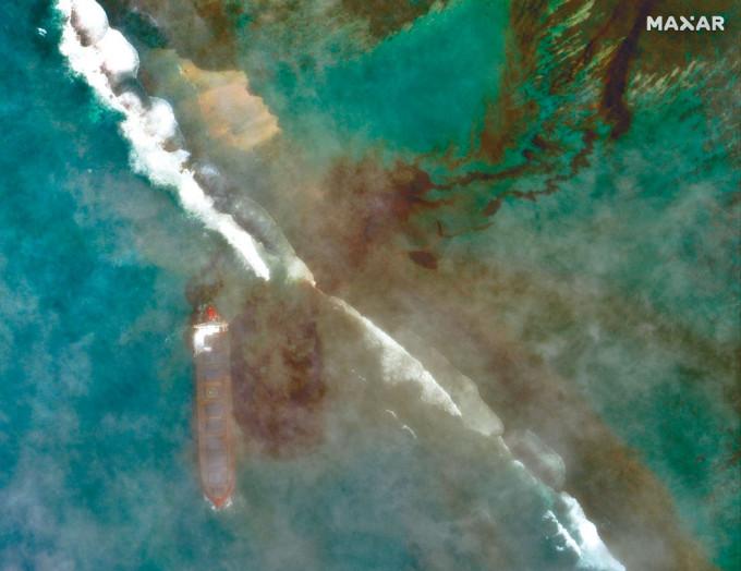 貨輪泄漏的燃料污染毛里裘斯海岸。