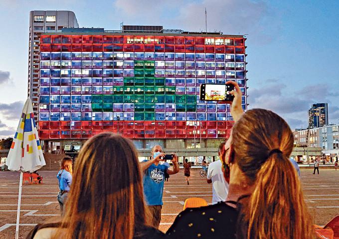 特拉維夫市議會周三亮起黎巴嫩國旗顏色,支持黎國應付災情。