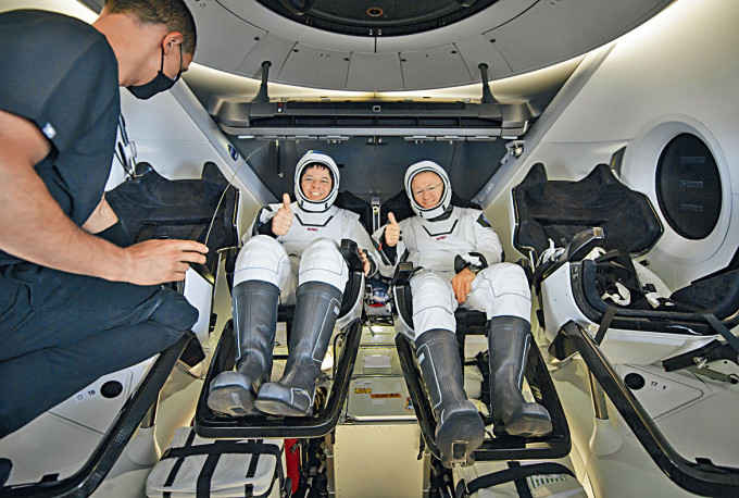 降落後太空人赫爾利(右)和本肯準備離開飛船。