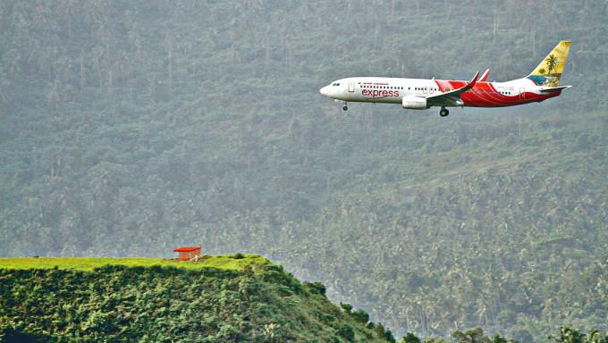 一架飛機即將降落卡利卡特機場的「桌面跑道」。
