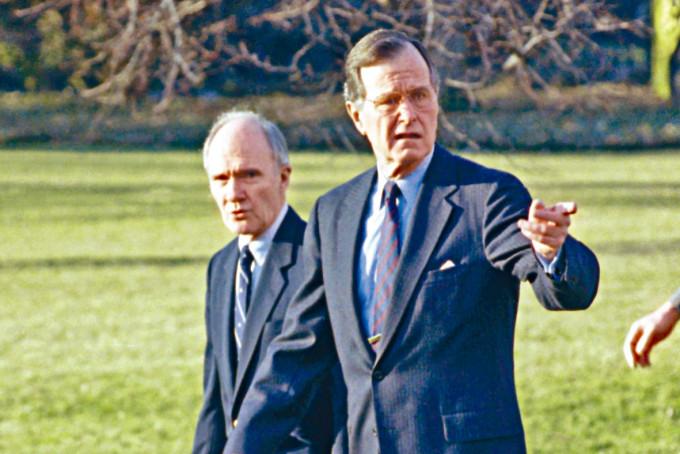 斯考克羅夫特(左)一九九○年與總統老布殊攝於白宮。