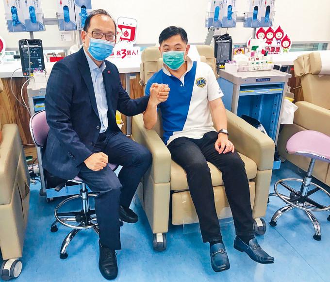 李卓廣(左)表示,市民可致電或透過手機應用程式預約捐血。