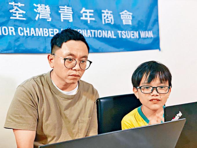 邱先生表示十歲兒子疫情期間,在家大多打遊戲機,曾嘗試在手機裝應用程式提醒兒子,但沒有成效。