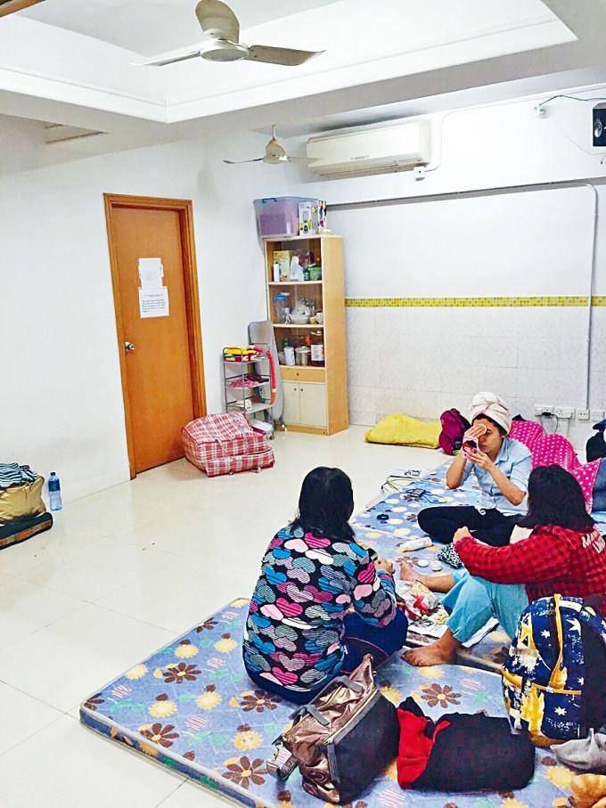 外傭宿舍環境擠逼,工人姐姐都要打地鋪。