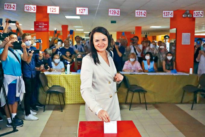 季哈諾夫斯卡婭,昨日在首都明斯克的票站投票。