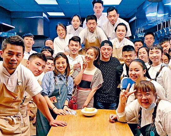 林心如、霍建華慶祝結婚周年,吸引了餐廳工作人員與他們拍大合照。