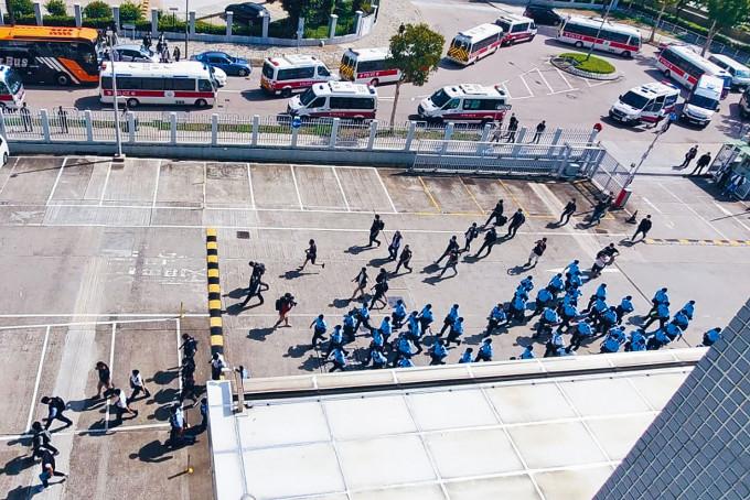 大批警方人員分乘警車開抵壹傳媒總部進入大樓搜查。
