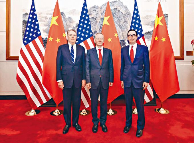 劉鶴(中)曾和萊特希澤(左)、美國財長努欽舉行過多輪談判。