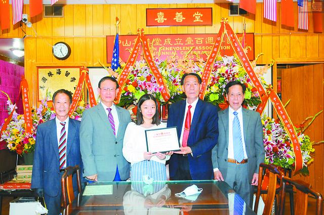 中華總董張冠榮(左2)、陽和主席何東石(右1)、主席鄺炳威(右2)、副主席梁國源(左1)向獲獎學生葉靖怡(中)頒發獎學金及獎狀。馬紅兵攝