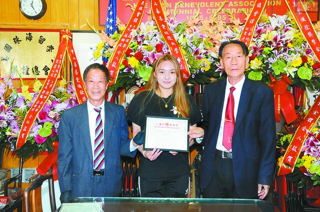 主席鄺炳威(右)、副主席梁國源(左)向獲獎學生黃美清(中)頒發獎學金及獎狀。馬紅兵攝
